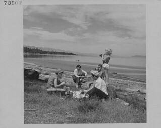 The J.C. Turner family picnicking at Qualicum Beach, Vancouver Island, British Columbia / Famille Turner pique-niquant à Qualicum Beach, île de Vancouver (Colombie-Britannique)