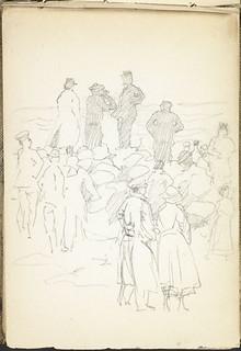 Men and women, soldiers and civilians, assembled on the beach at Wimereux, France / Hommes et femmes, militaires et civils, rassemblés sur une plage à Wimereux (France)