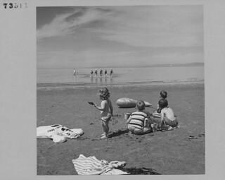 Children playing in sand at Qualicum Beach, Vancouver Island, British Columbia / Enfants jouant dans le sable à Qualicum Beach, île de Vancouver (Colombie-Britannique)