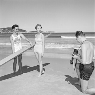 Mr. Murphy (left), Mrs. Beck and unidentified man at Ingonish Beach, Nova Scotia / M. Murphy (à gauche), Mme Beck et un homme non identifié à Ingonish Beach (Nouvelle-Écosse)