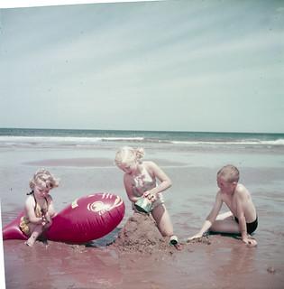 Children playing at Brackley Beach, Prince Edward Island National Park, Prince Edward Island / Enfants jouant à Brackley Beach, parc national de l'Île-du-Prince-Édouard