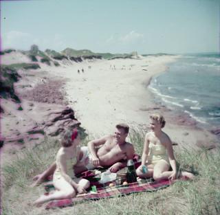 Man and two women at Cavendish Beach National Park, Prince Edward Island / Un homme et deux femmes à Cavendish Beach, dans le parc national de l'Île-du-Prince-Édouard