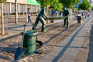 THE DOCKERS MONUMENT IN LIMERICK [BY MICHAEL DUHAN]-153044