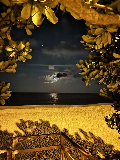 tonight´s full moon  / Estaleiro Beach