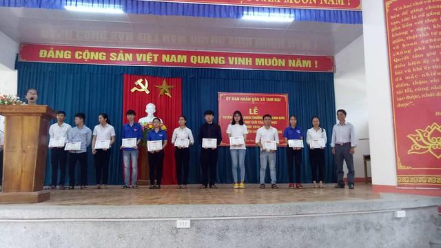 Tam Dai trao thuong cho hoc sinh