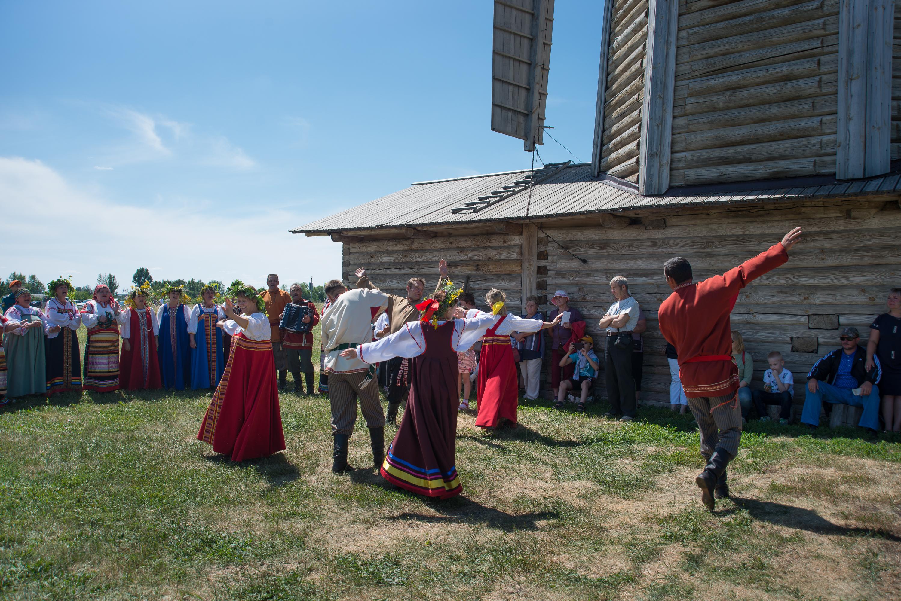 Русские народные танцы в исполнении фольклорного ансамбля музея
