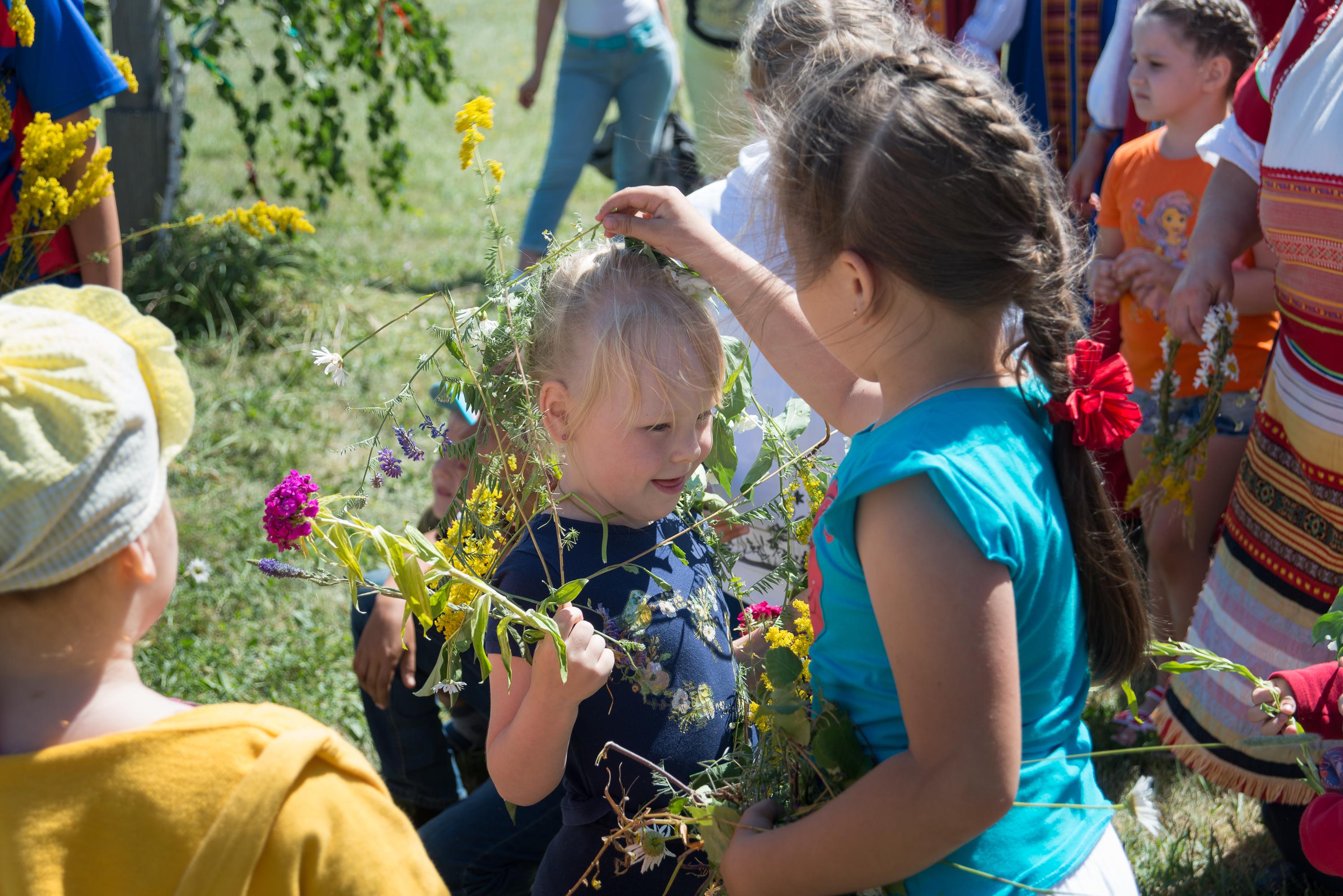 Троица тремя праздниками богата: цветами, травами и румяным летом. Праздник Троица в «Тарханах» в русских народных традициях с детьми на открытом воздухе