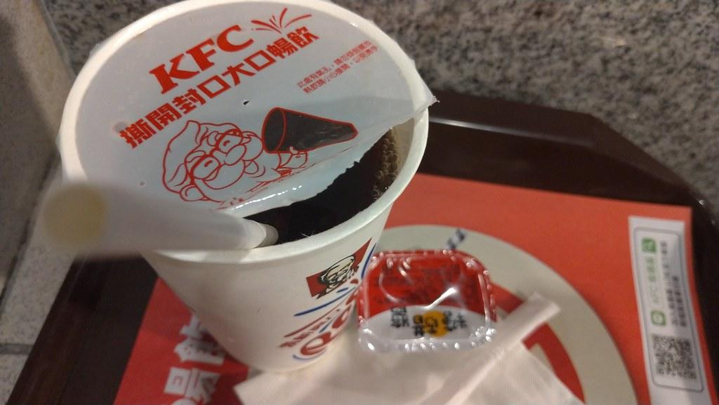 面對新法上路肯德基鼓勵消費者直接撕開封口暢飲,若有需要也會提供紙吸管。孫文臨攝