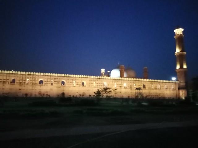 badshahi mosque at night auto mode mobile photography