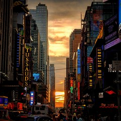 Tramonti newyorkesi..... Times Square..... Sunset from New York #newyork #newyorkcity #bigapple #now #place #placetobe #placetostay #incredible #estate2019 #2019 #manhattan  #instagram #wonderful #wonderful_places #unforgettable #incredible #indimenticabi