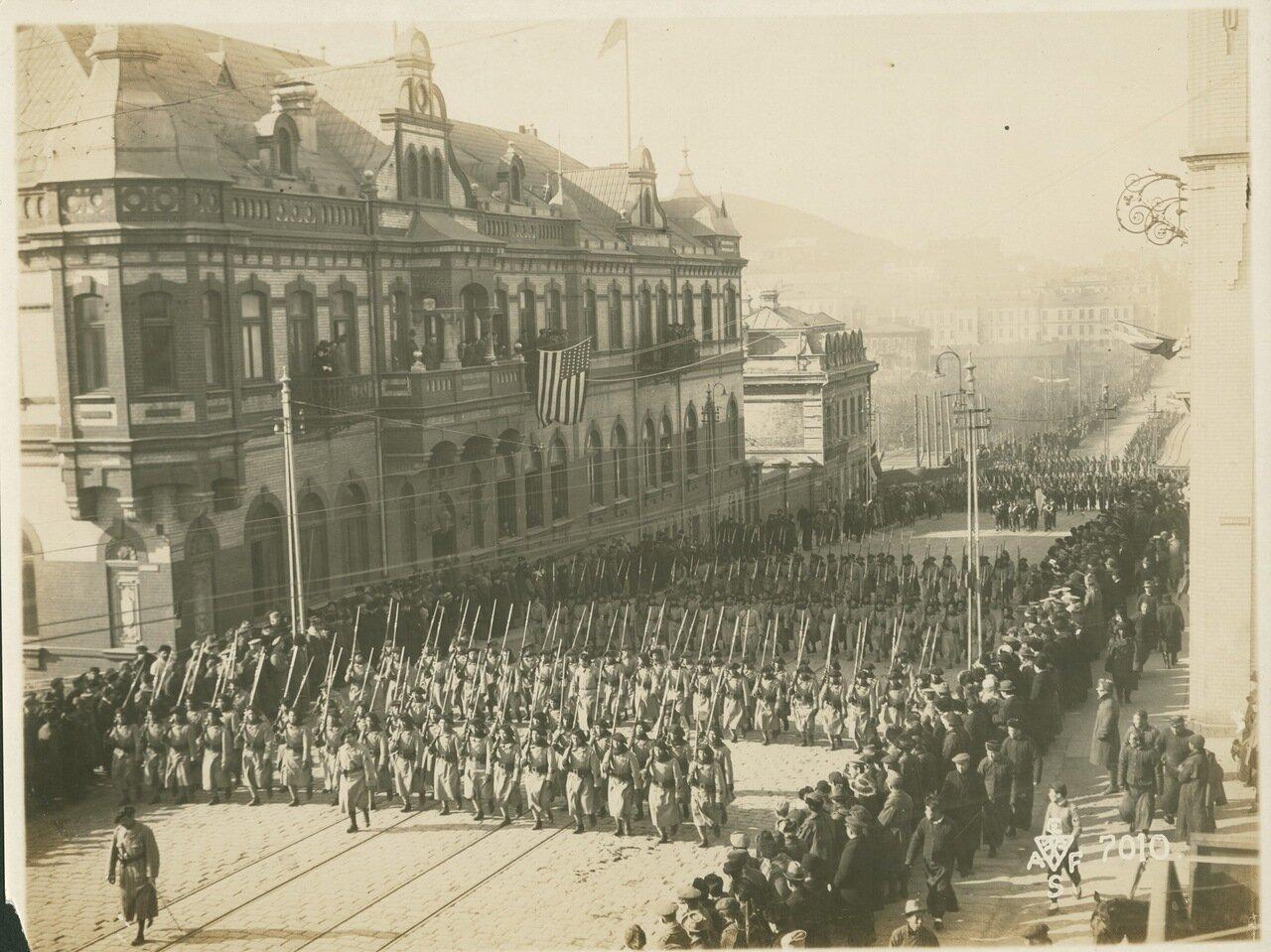 19. 1918. Далее шли французы моряки крейсера «Керсэн» и части «Французского Сибирскиого колониального батальона» 15 ноября1