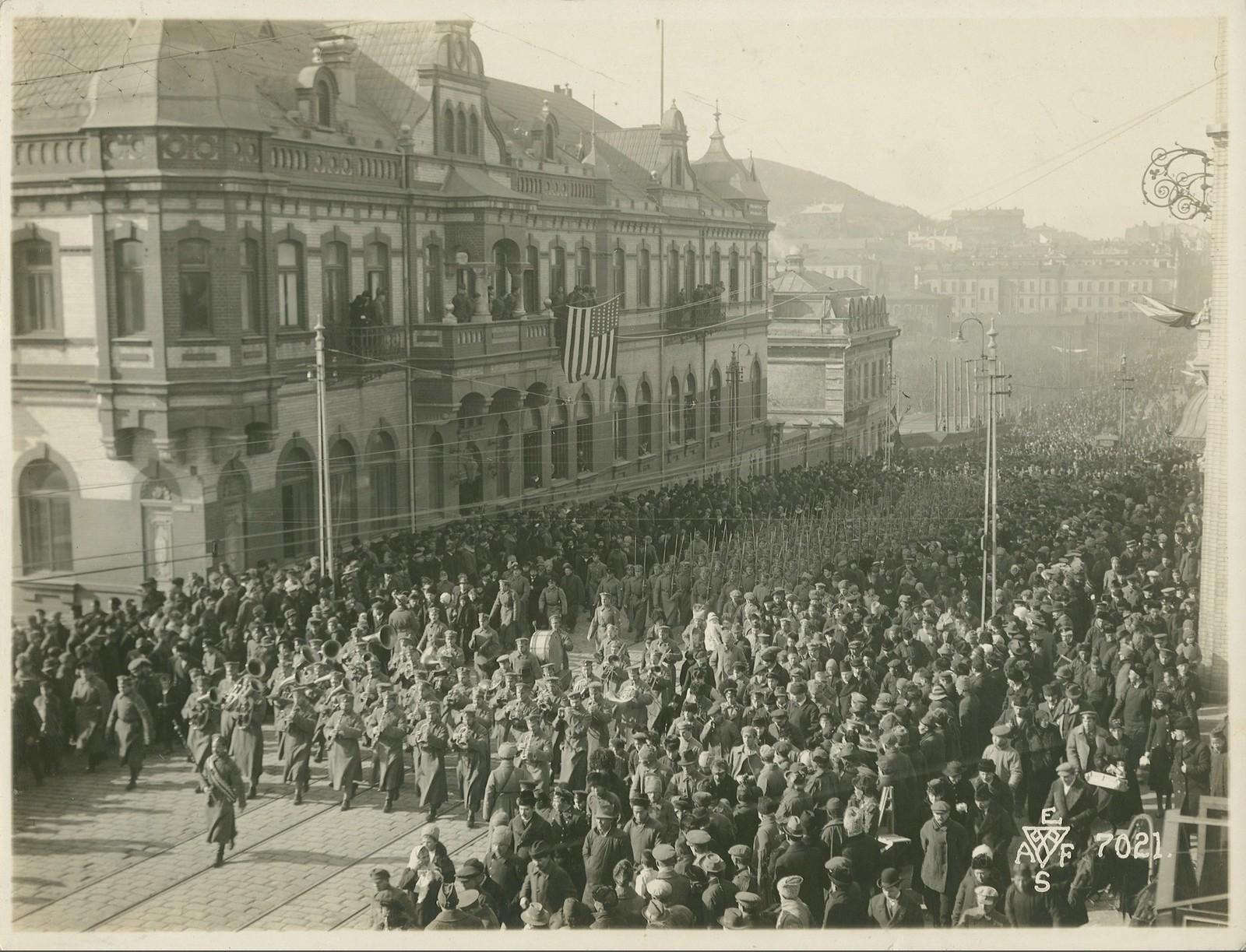 17. 1918. Британию представляли моряки крейсера «Саффолк», пехотинцы 25-го резервного батальона Мидлсекского полка и немного канадцев. 15 ноября