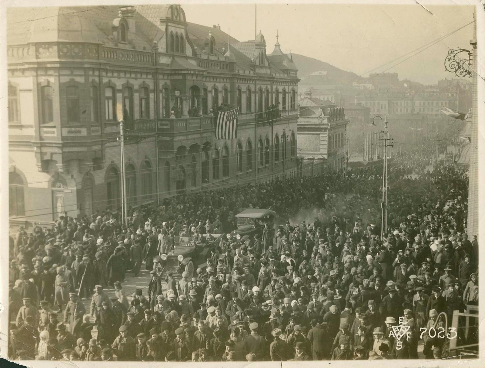 35. 1918. Парад в честь перемирия. Толпа