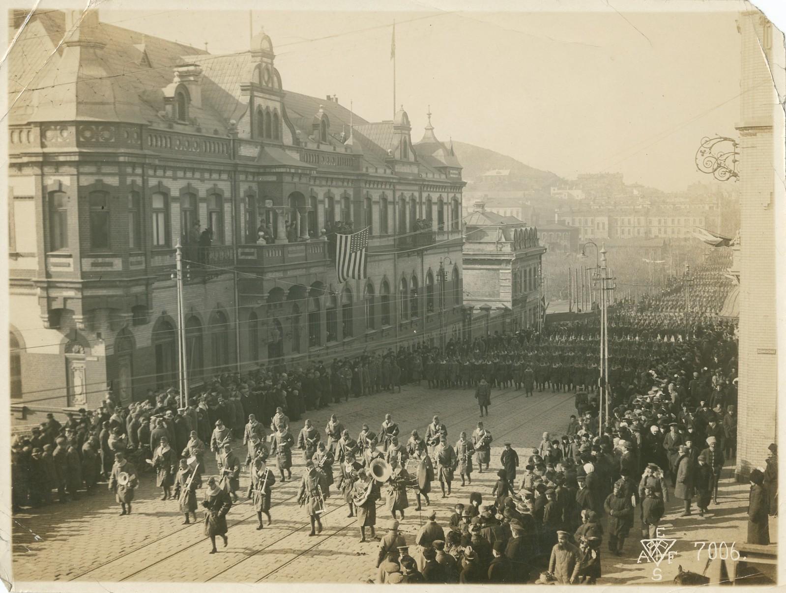 13. 1918. Первыми прошли части американского 27-го полка. 15 ноября