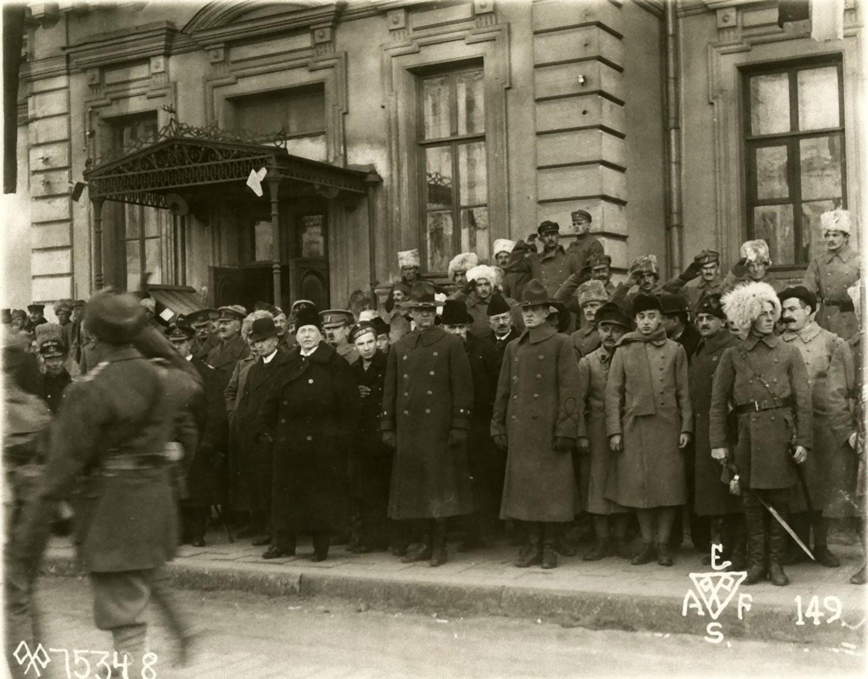 34. 1918. Союзное командование у штаба Чехословацкого корпуса во Владивостоке принимает парад войск. 15 ноября