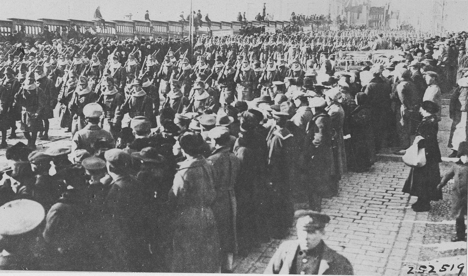16. 1918. Первое фото американских войск, празднующих подписание перемирия во Владивостоке.