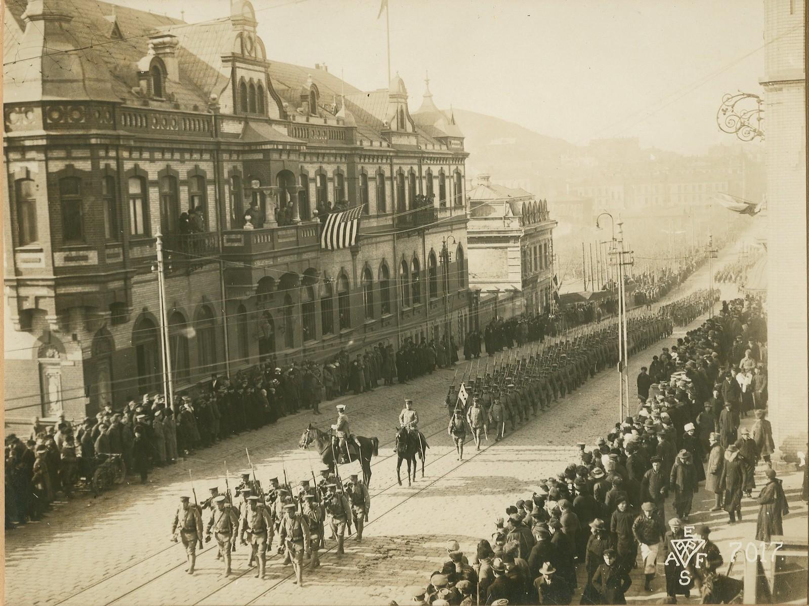 14. 1918. Первыми прошли части американского 27-го полка. 15 ноября