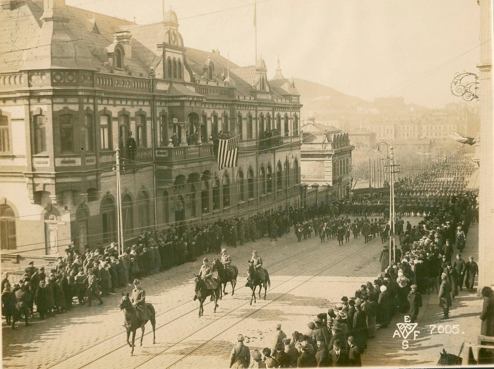12. 1918. Первыми прошли части американского 27-го полка. 15 ноября