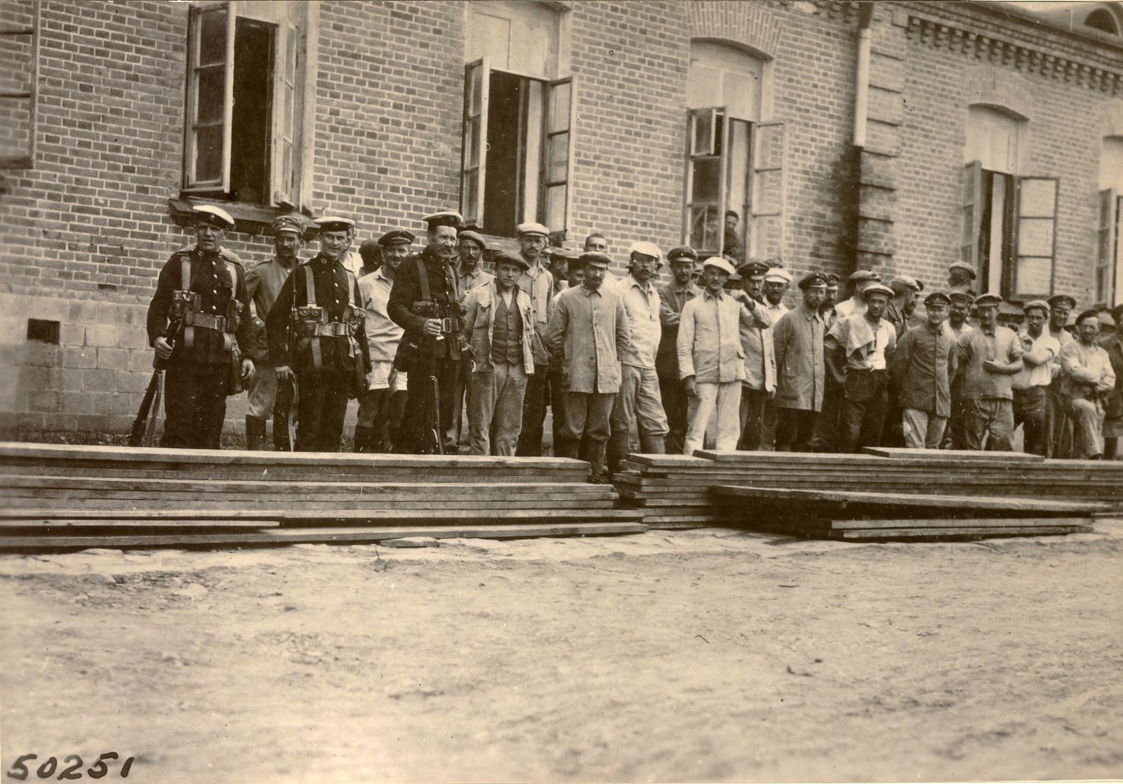 01. 1918. Военнопленные под охраной британских морских пехотинцев с крейсера «Suffolk»
