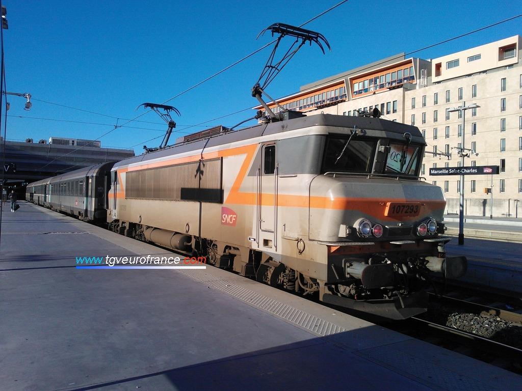 La locomotive BB7293 SNCF prête à assurer la traction de voitures Corail Intercités