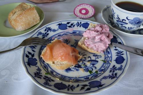 Aufgebackenes Brötchen mit Lachs bzw. Heringssalat