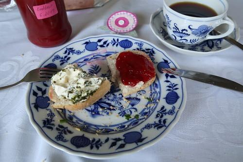 Aufgebackenes Brötchen mit Kräuterfrischkäse bzw. ganz frischer Erdbeermarmelade