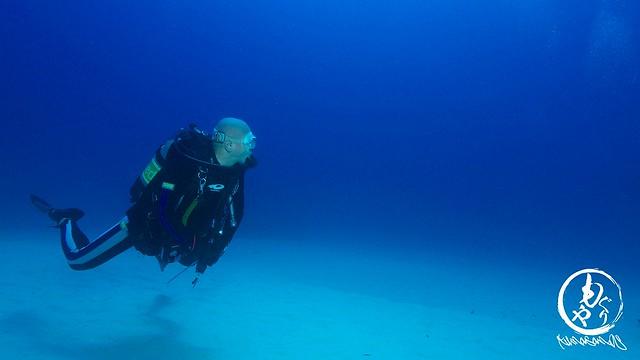 青い水と白い砂地がきれいでした