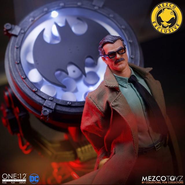 MEZCO ONE:12 COLLECTIVE 系列 DC Comics【詹姆斯·高登 局長&蝙蝠信號燈 豪華版】James Gordon and Bat Signal - Deluxe Edition 2019 Summer Exclusive