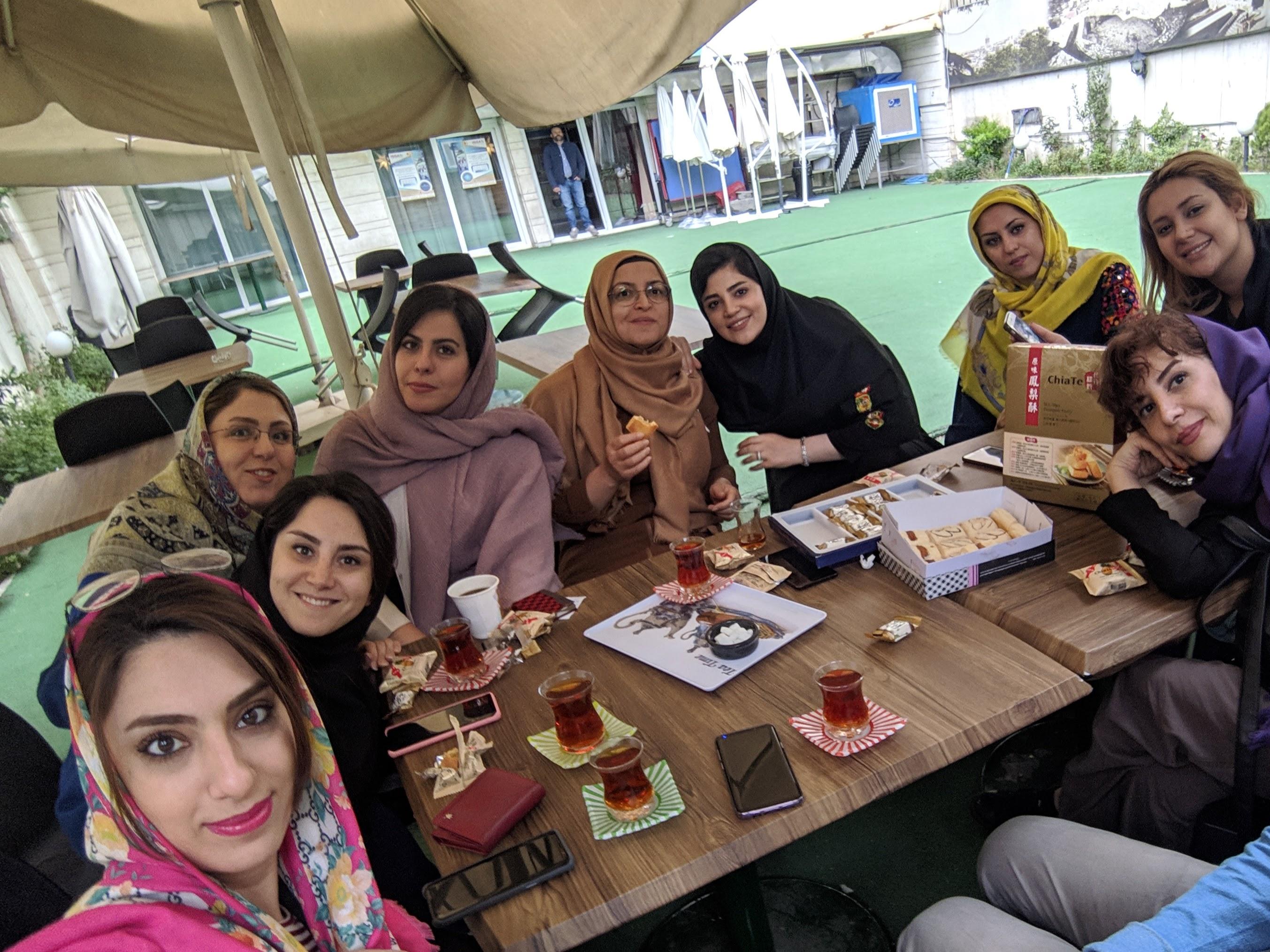介紹台灣佳德鳳梨酥給土耳其老師與伊朗同學,大家讚不絕口