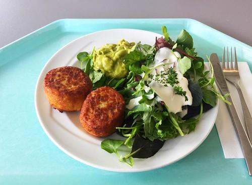 Summer salad with fishcake & guacamole / Bunter Sommersalat mit Fischfrikadelle & Guacamole