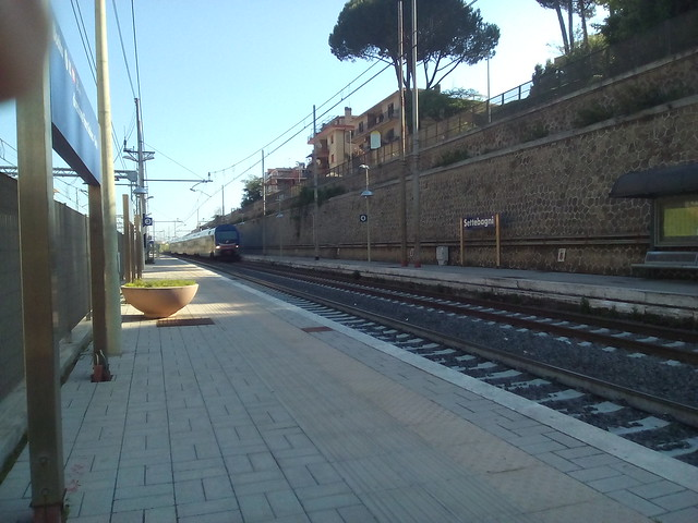 2 treno in arrivo alla stazione di settebagni -- comune di roma.