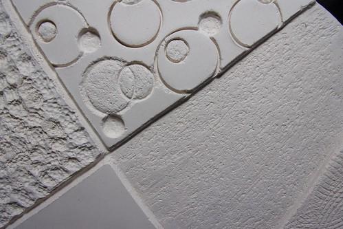 sculpture faience blanche disque zones texturées 4