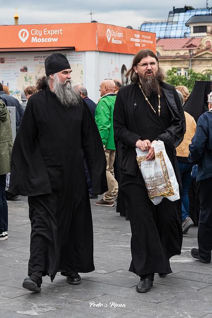 Sotanas, gorros y barbas ortodoxas.