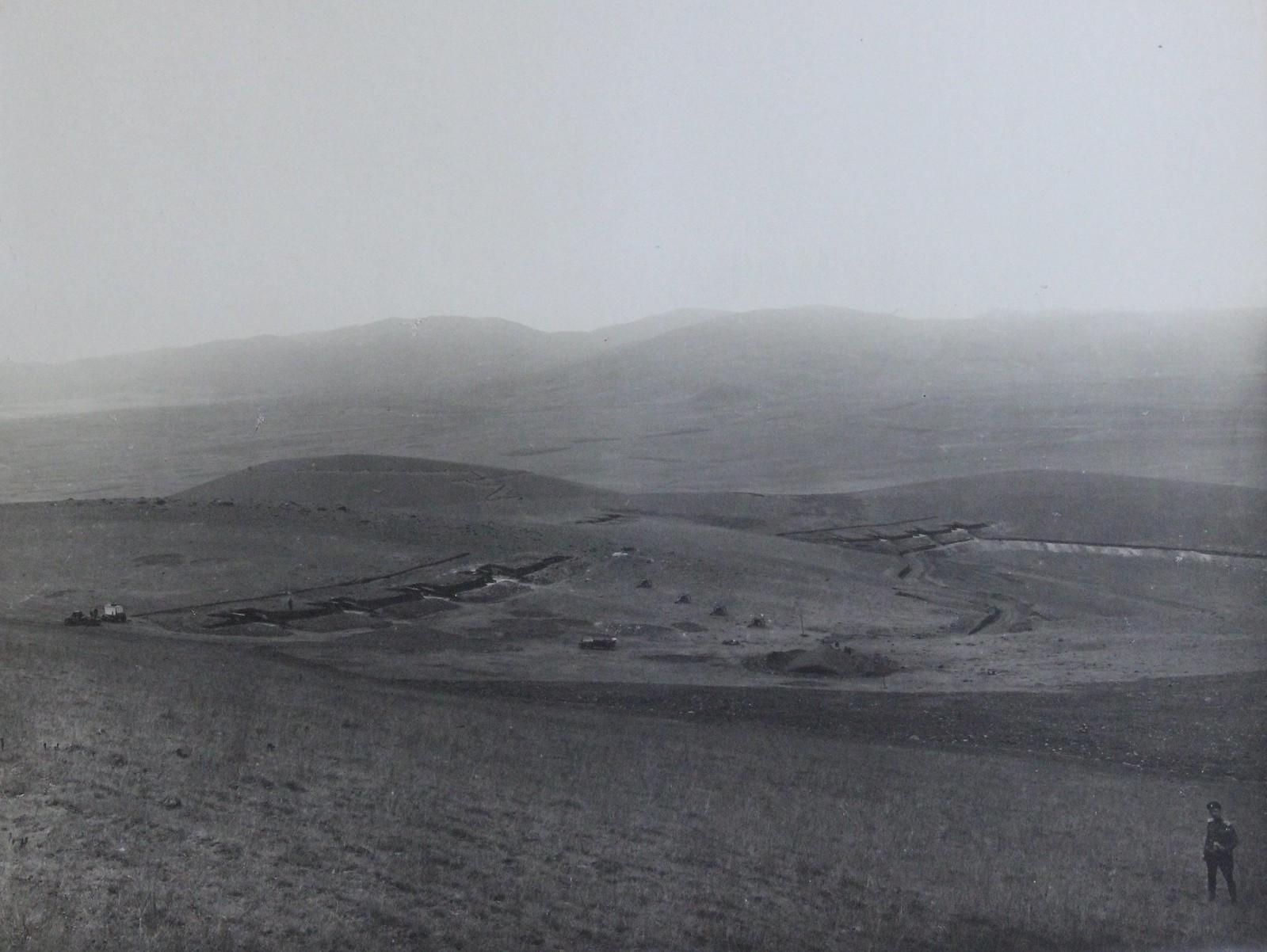Вид на две тяжёлые крепостные батареи 6-дм пушек в 120 (или в 190) пудов на левом фланге передовых позиций близ деревни Маханда