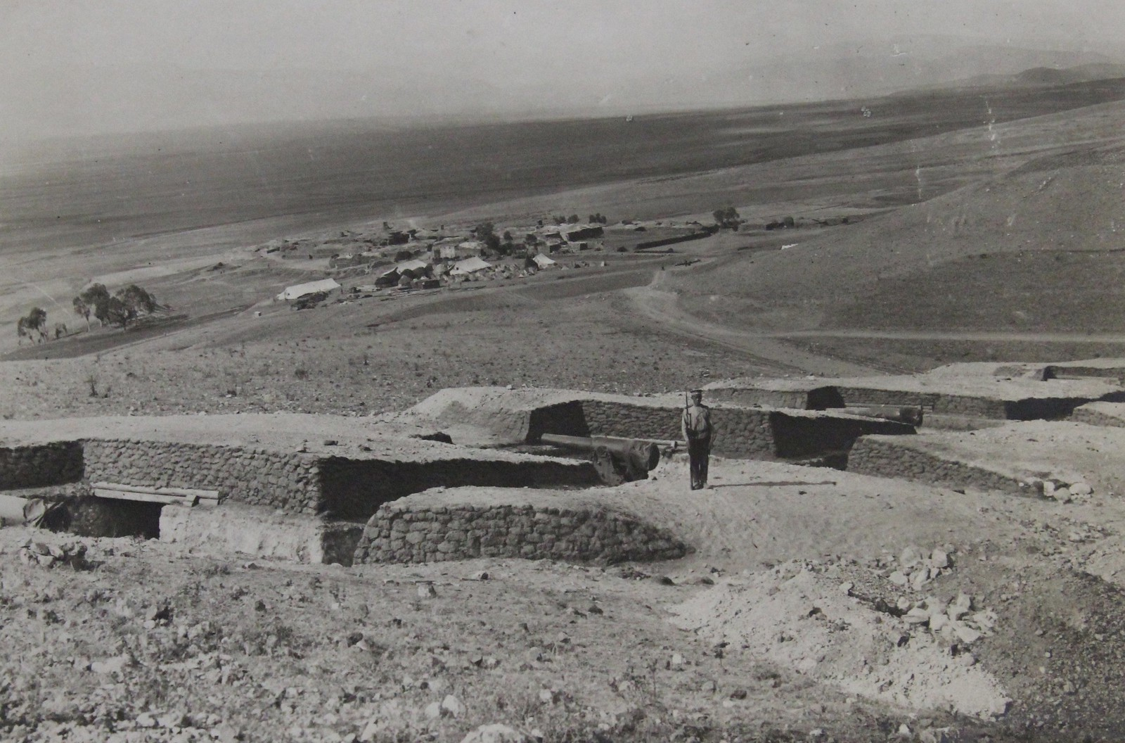 Вид на тяжёлую крепостную батарею на четыре 6-дюймовые пушки в 120 (или в 190) пудов образца 1877 г. на фоне деревни Тапакей