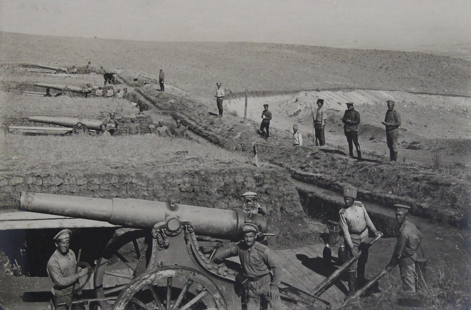 Вид на боевые расчёты крепостной батареи 6-дюймовых пушек образца 1877 г. в 120 (или в 190) пудов. 1916