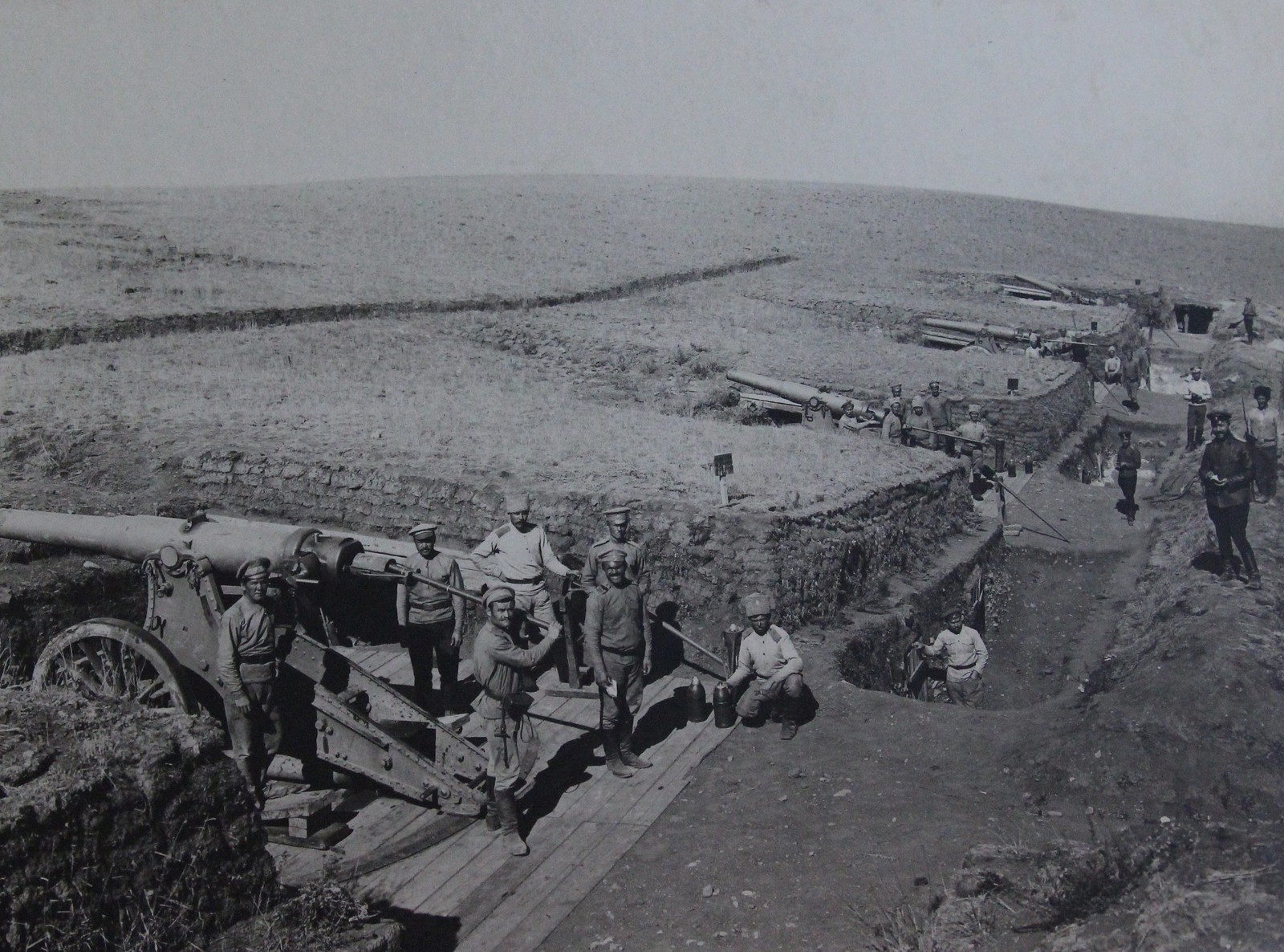 Вид на боевые орудийные расчёты крепостной батареи 6-дюймовых пушек образца 1877 г. в 120 (или 190) пудов