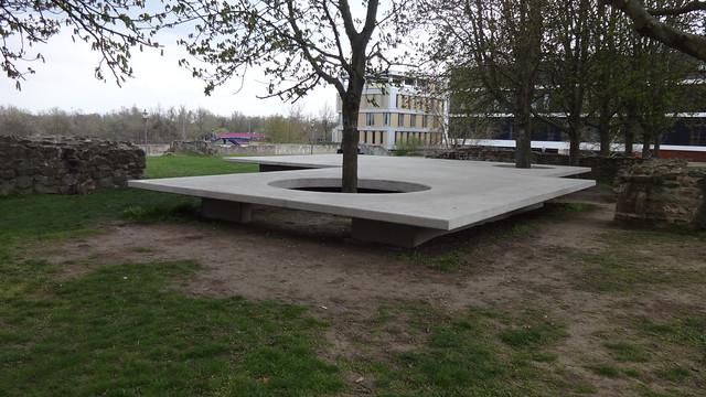 2017 Magdeburg Für die Menschen und andere Kunst Betonplatte von Nathan Coley Regierungsstraße in 39104 Mitte