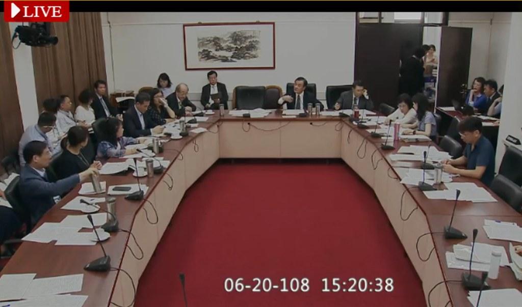立法院黨團協商《工輔法》修正草案,落日條款、公民訴訟仍未定案。