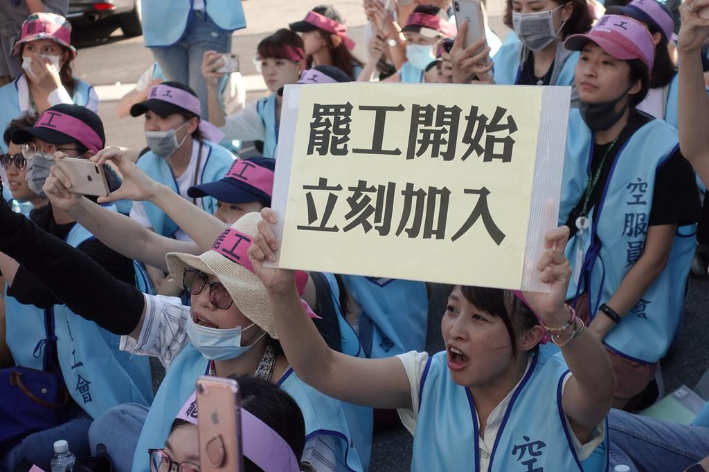 長榮空服員齊聚在桃園長榮公司大門口罷工靜坐。(攝影:張智琦)