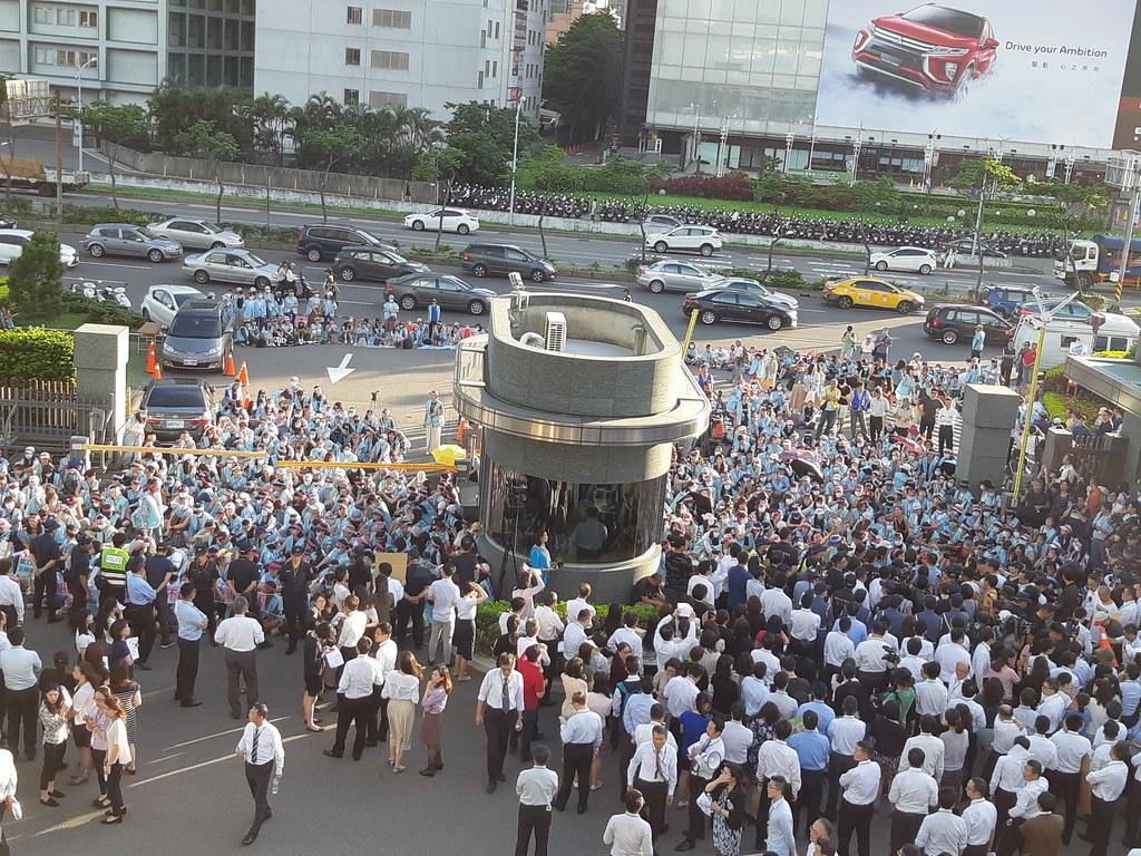 公司門口靜坐罷工的空服員,和資方動員的主管和員工對峙。(攝影:張智琦)