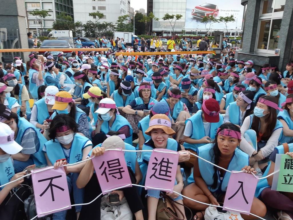 空服員持續在罷工封鎖線靜坐。(攝影:張智琦)