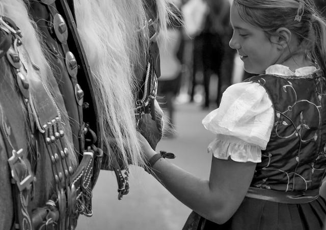 La bambina che sussurra al cavallo