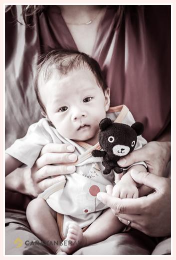 男の子赤ちゃん クマのぬいぐるみと一緒に