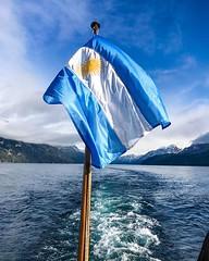 Me puse a buscar fotos con la bandera argentina (Google fotos es maravilloso para algo así) y tengo cientos en varias partes del mundo. Desde una casa que vendía empanadas en la República Checa hasta la casa de San Martín en Boulogne Sur Mer para menciona