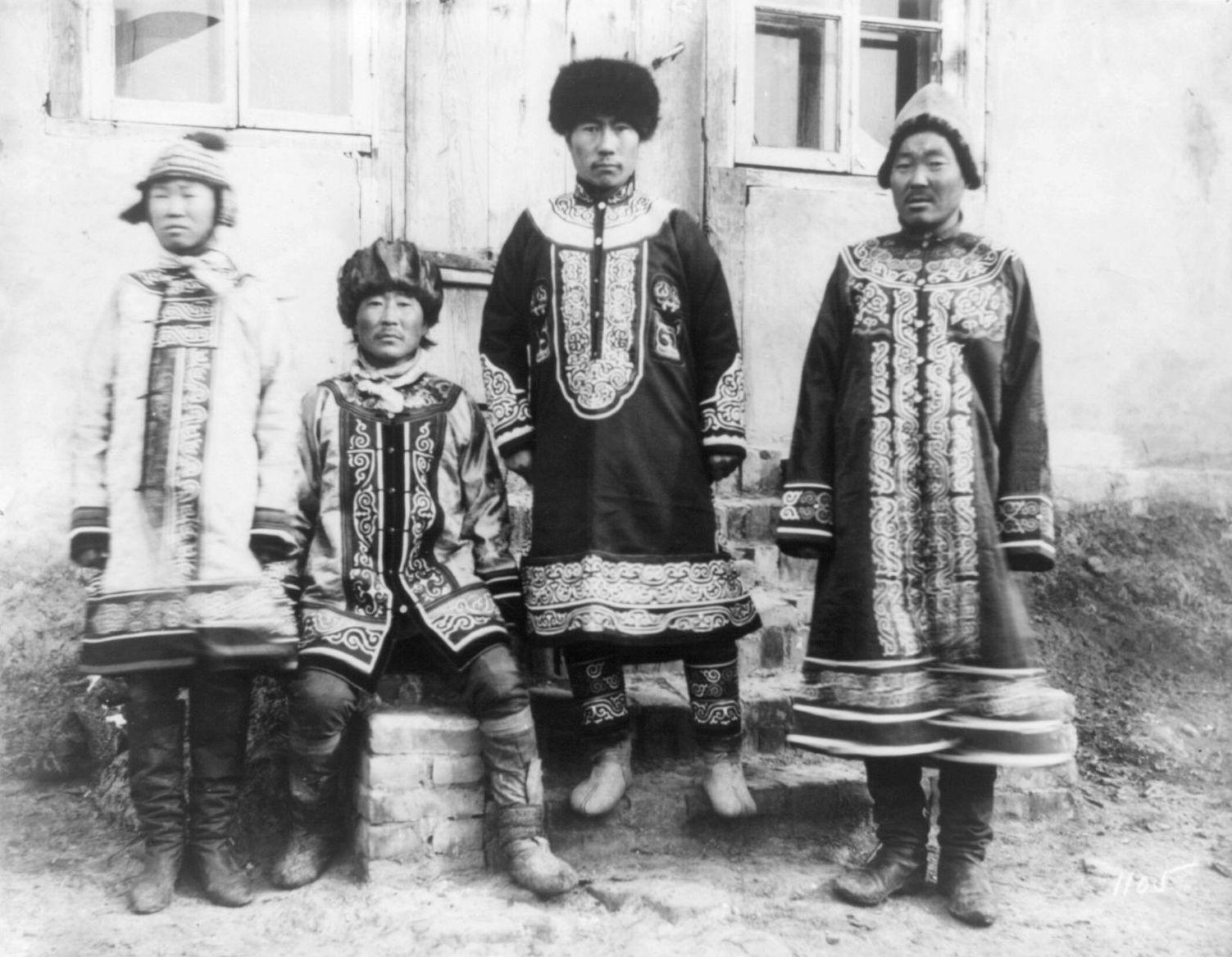 В деревне гольдов к северу от Хабаровска. Деревенское начальство в своих лучших одеждах