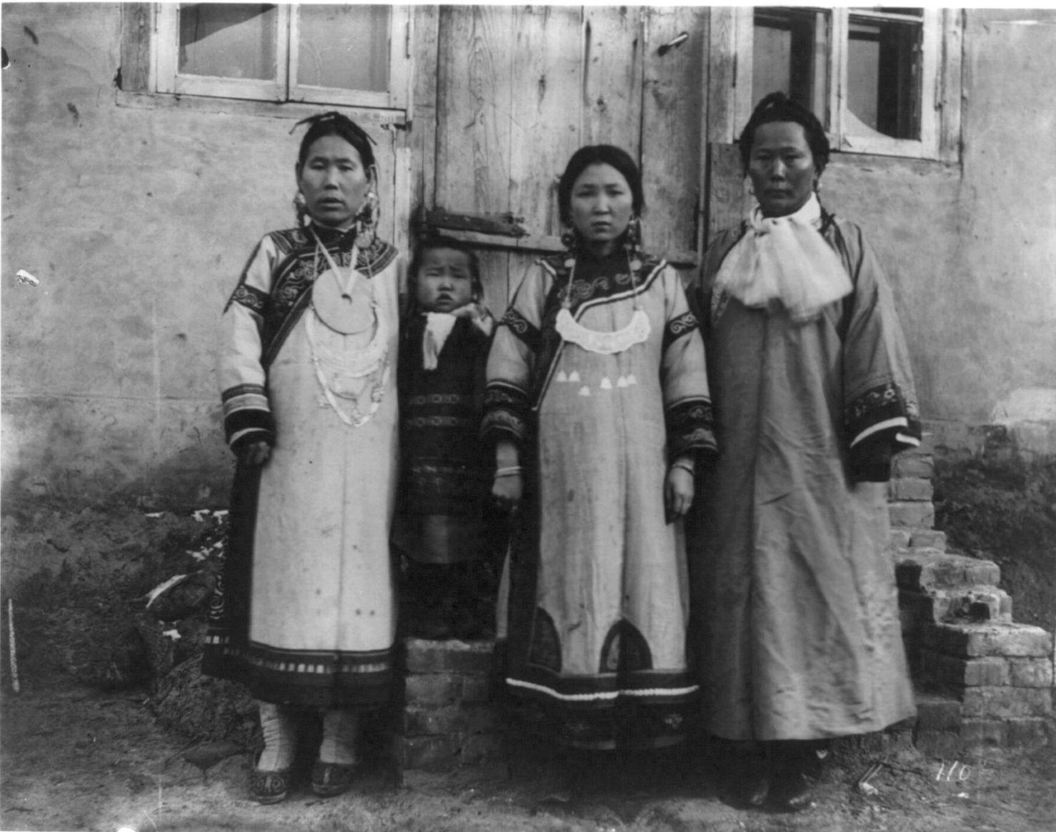 В деревне гольдов к северу от Хабаровска. Жены деревенского начальства в своих лучших одеждах