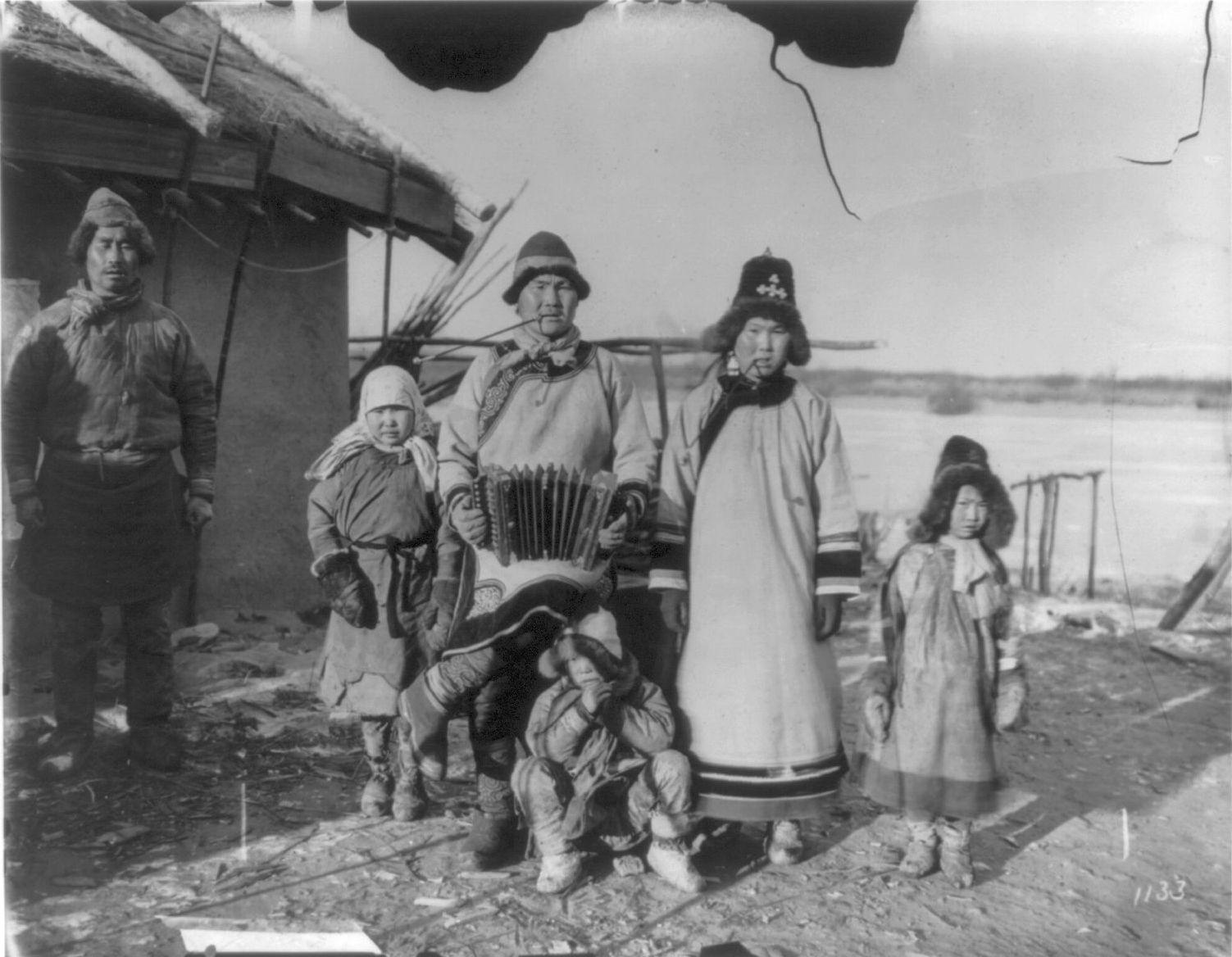 В деревне гольдов к северу от Хабаровска. Семья рыбаков возле дома