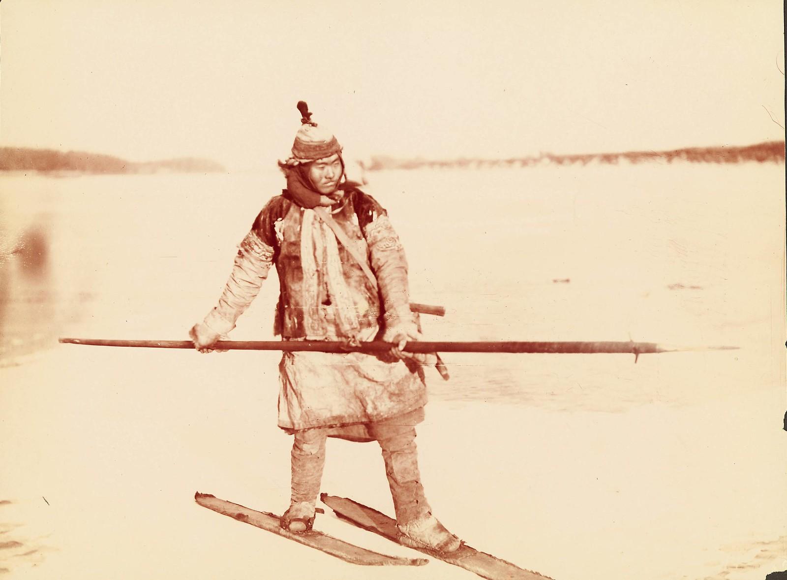 Охотник на медведей путешествует по замерзшему Амуру