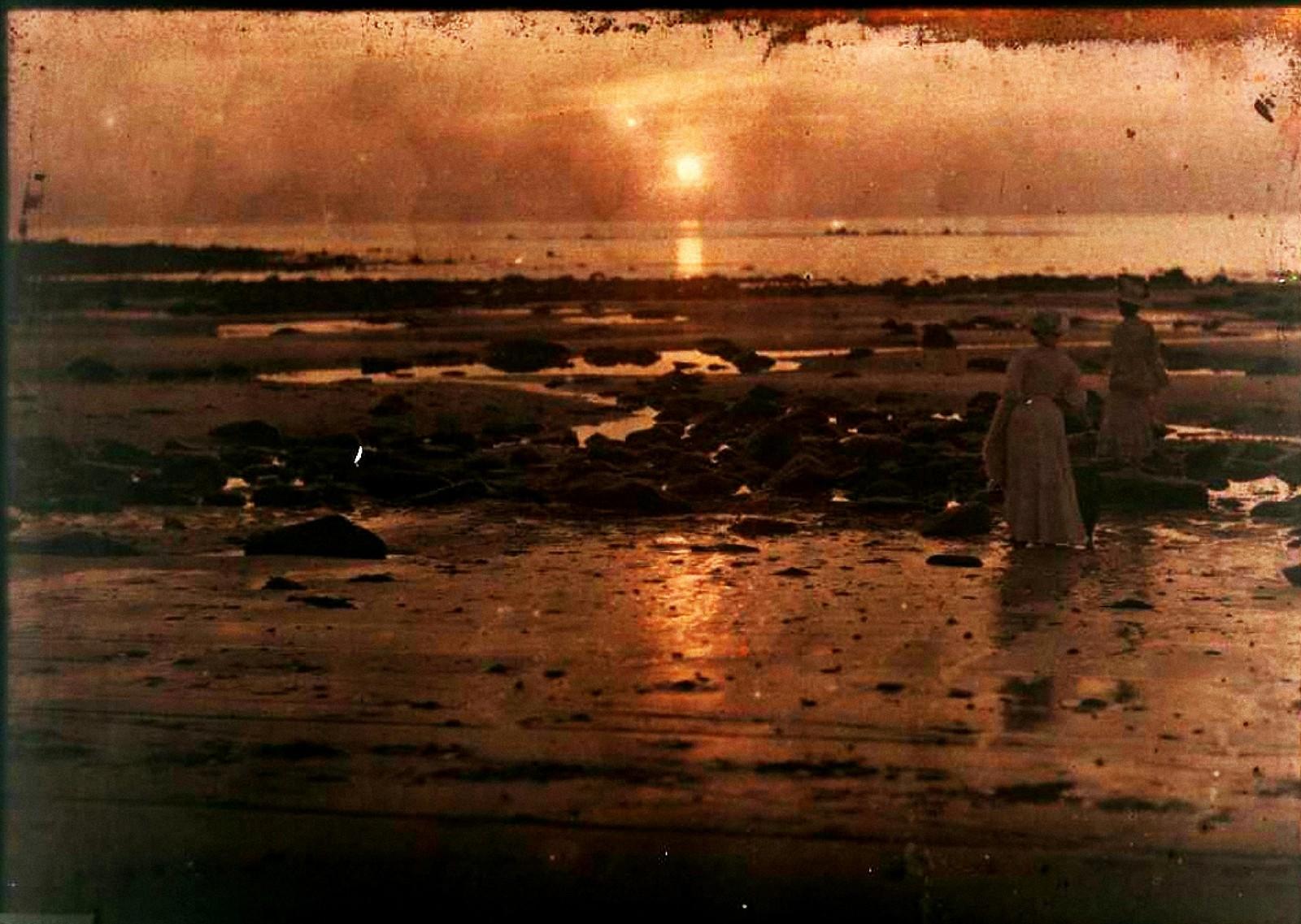 1910. Две женщина на пляже, на закате